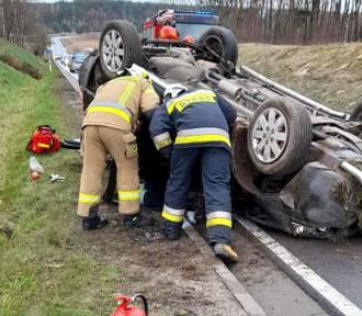Groźne dachowanie na drodze krajowej 25. Na szczęście kierowcy nic się nie stało