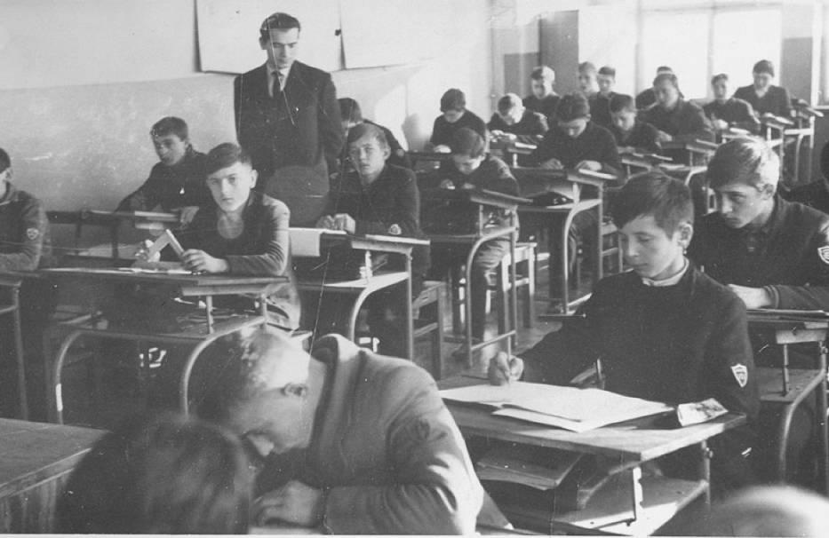 """Tak kilka dekad temu wyglądały lekcje w obecnym Zespole Szkół imienia """"Grota"""" w Jędrzejowie. Zobacz unikatowe zdjęcia"""