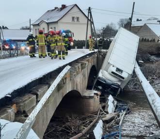 Wypadek w Zagrodnie. Ciężarówka w rzece, uszkodzony most i wodociąg. Koszmar!