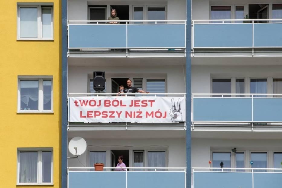 Mieszkaniec Piątkowa ustawił głośnik na balkonie i równo o godz