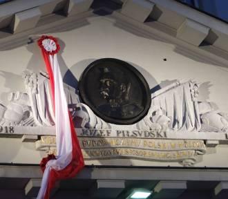 Płaskorzeźba Józefa Piłsudskiego na budynku PKP w Warszawie. Waży 230 kg, wróciła na swoje miejsce