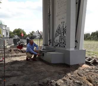 Kłecko: ciekawe znalezisko podczas renowacji Pomnika Poległych w 1939 roku