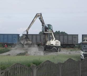 Dowożą tłuczeń na torowisko linii kolejowej Krotoszyn-Wrocław w Cieszkowie [ZDJĘCIA]