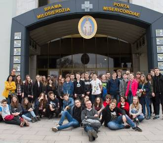 Uczniowie z Gimnazjum Dwujęzycznego nr 17 na pielgrzymce [ZDJĘCIA]