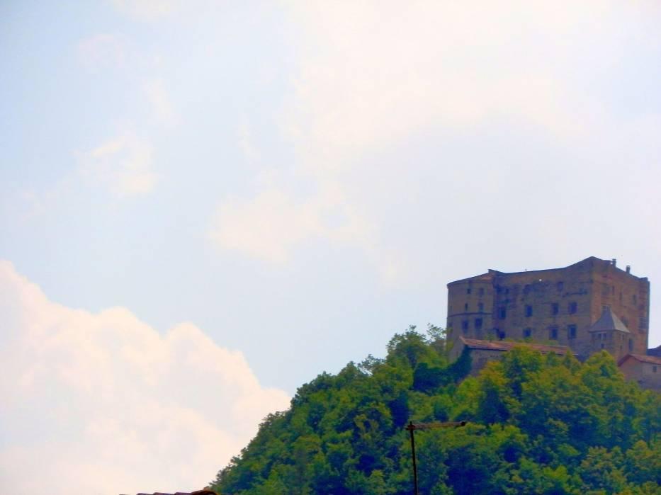 Widok na zamek z jeziora Caldonazzo