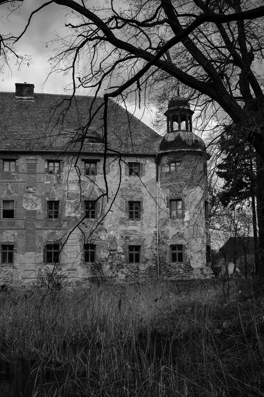 W 1839 roku posiadłość kupił baron August von Tschammer-Quaritz, który rozpoczął przebudowę pałacu w Broniszowie