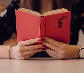 Co czytają mieszkańcy Radomska? Oto najchętniej wypożyczane książki