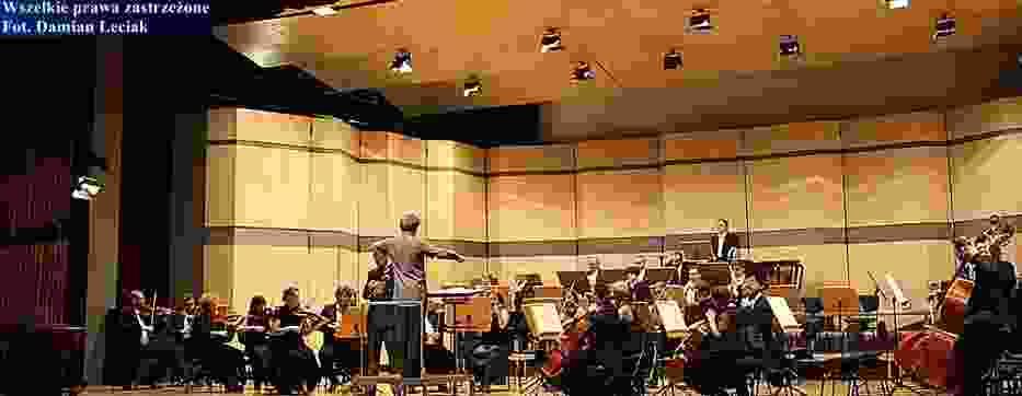 Orkiestra symfoniczna filharmonii częstochowskiej pod dyrekcją Adama Klocka