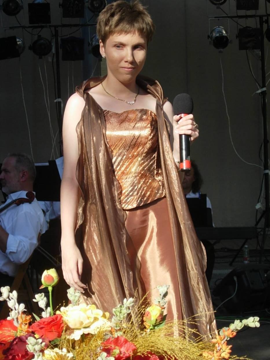 Aleksandra Daukszewicz założycielka stowarzyszenia zajmuje się nie tylko wolontariatem, lecz również śpiewem