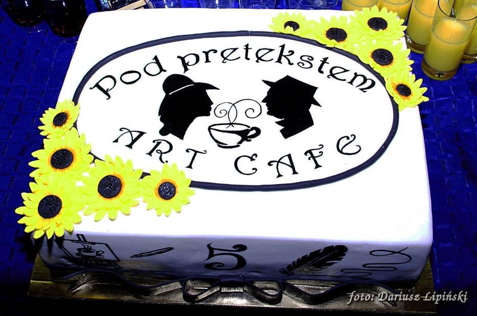 Na gości czekał wspaniały i pyszny tort fot