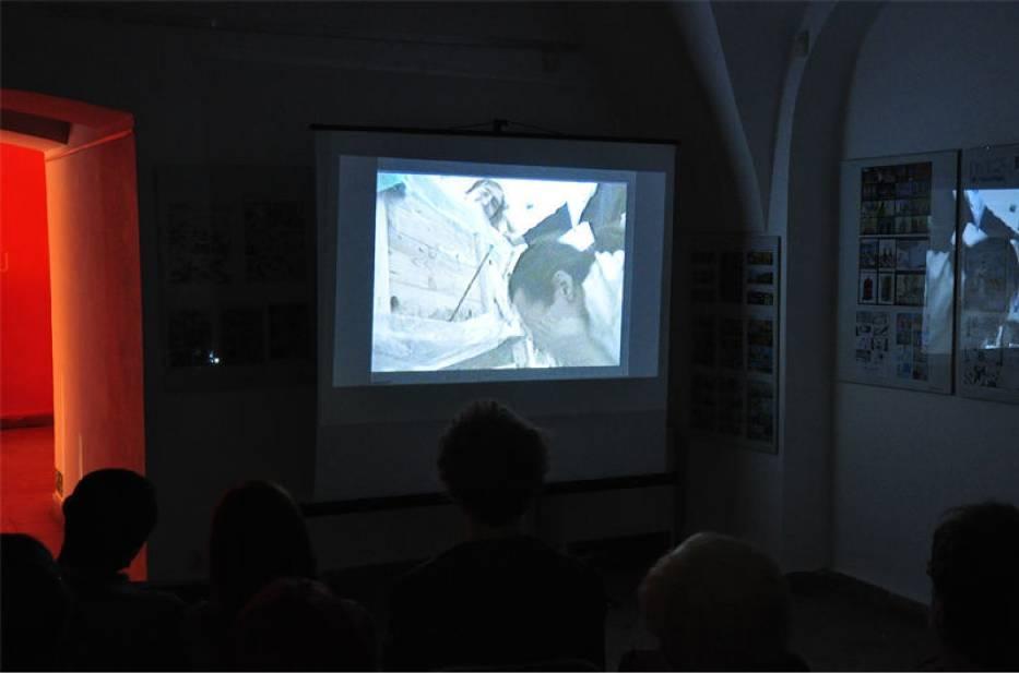 Goście galerii BWA, Runek 4 w Tarnowie oglądają jeden z filmów artystki Foto