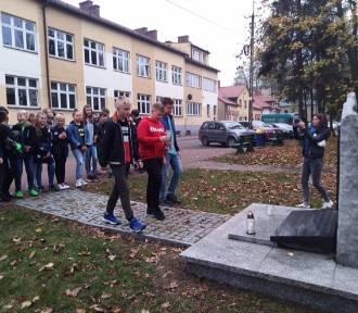 """Uczniowie podstawówki w Błaszkach biorą udział w akcji """"Szkoła pamięta"""" [FOTO]"""