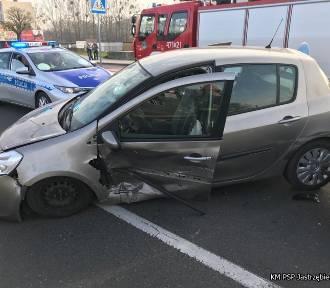 Wypadek w Jastrzębiu: zderzenie dwóch samochodów marki renault. Ranna 18-latka [ZOBACZ ZDJĘCIA]