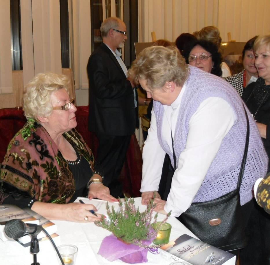 Autorka podczas podpisywania ksiązek