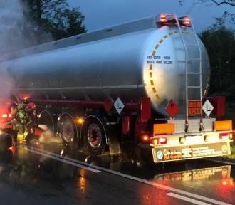 Na DK 73 zapaliło się koło cysterny pełnej benzyny. Groziło wybuchem!