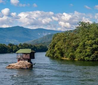 Domy dla prawdziwych samotników. Na środku rzeki, na szczycie skały, na końcu świata