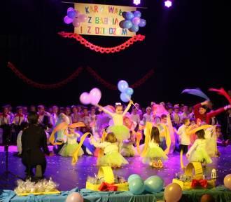 """Przedszkolaki z """"dziewiątki"""" wystąpiły na scenie dla babć i dziadków [ZDJĘCIA]"""