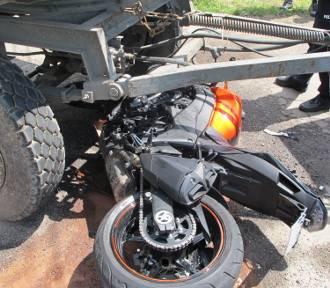 Wypadek w Zasolu. Motocyklista wpadł pod traktor