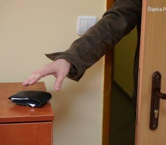 Nie zabezpieczyła drzwi, straciła torebkę