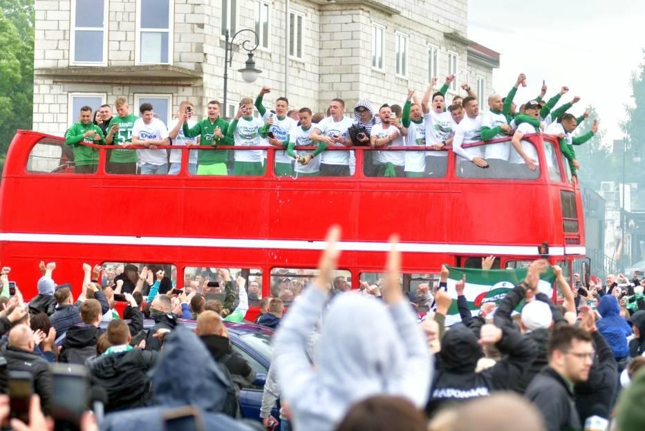 Wielkie świętowanie sukcesu Radomiaka Radom na Placu Jagiellońskim w Radomiu. Kibice gorąco przyjęli piłkarzy (Galeria zdjęć)