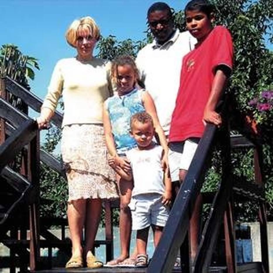 Rodzina Munyama w komplecie na schodach prowadzących na taras