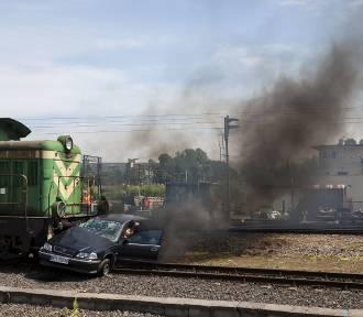 Wypadek na przejeździe w Warszawie. Lokomotywa zderzyła się z samochodem. Przerażająca symulacja