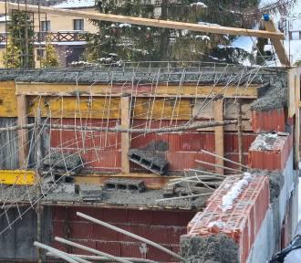 Po katastrofie w Żurowej. Śledczy i nadzór budowlany badają plac budowy