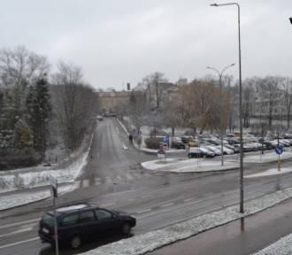 Sypnęło śniegiem. Uwaga, na ulicach i chodnikach ślisko!