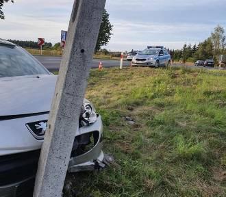 Wypadek w Młynarach. Samochód uderzył w betonowy słup (FOTO)