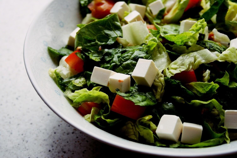 Sałatka z sałatą rzymską, pomidorem i fetą