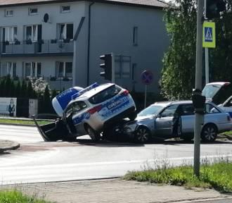Zderzenie samochodu osobowego i policyjnego radiowozu w Ostrowcu! Dwóch policjantów rannych