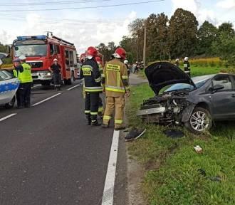 Wypadek motocyklisty w Łęcznie. Motocykl zderzył się z samochodem osobowym