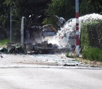 Eksplozja furgonetki. Policja czeka na schłodzenie zbiorników, by zebrać ślady