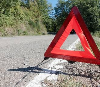 Wypadek na drodze do Kalisza 24-latka rozbiła się na panelach energochłonnych.