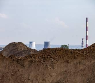 Wielkie hałdy piasku i ziemi na budowie Centrum Nauki Cogiteon