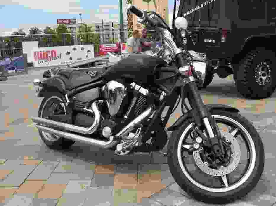 Motoryzacja to jednak nie tylko cztery kółka - motocykle również pojawiły się przed katowickim Spodkiem