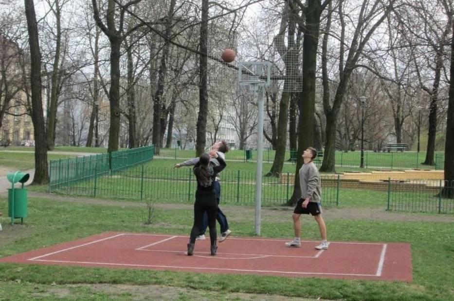 Jedno z boisk do koszykówki jest w parku Marcinkowskiego