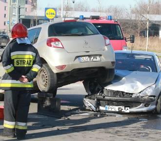 Auto na aucie. Bardzo groźny wypadek na zachodzie Wrocławia (ZOBACZ ZDJĘCIA)