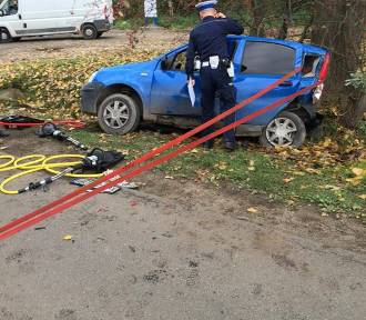 Wypadek w Cedrach Wielkich. Samochód zawisł nad rowem. Jedna osoba ranna [ZDJĘCIA]