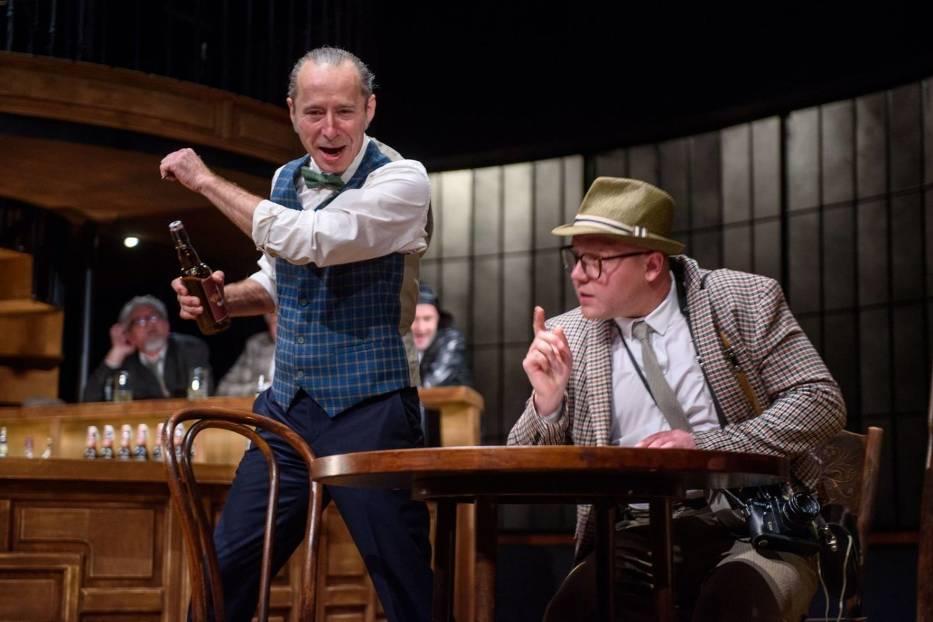 Sławomir Głazek (Harry) i Tomasz Wiśniewski (Clegg) w scenie ze spektaklu 'Porachunki z katem' w Teatrze im