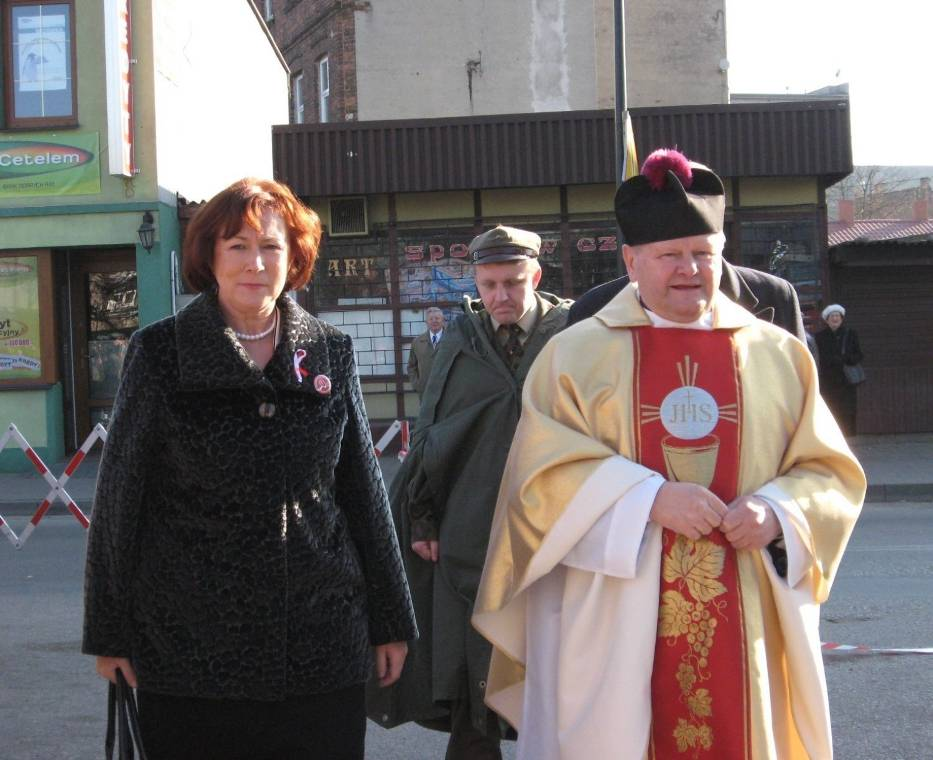 Poczty sztandarowe zostały uroczyście powitane przez prezydent miasta Annę Milczanowską