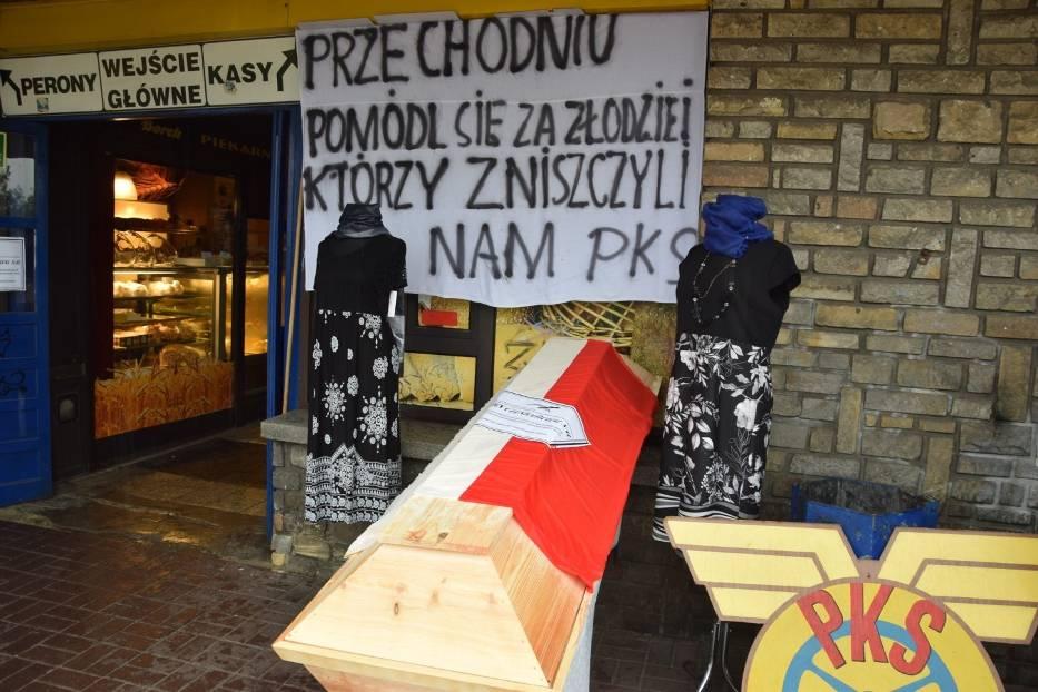 Pracownicy PKS Częstochowa zorganizowali symboliczny pogrzeb przedsiębiorstwa Zobacz kolejne zdjęcia