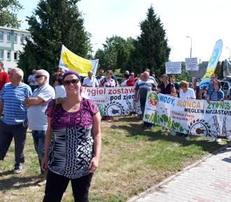 Protest Ekologów przed siedzibą kopalni KWB w Kleczewie .