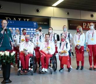 Paraolimpijczycy wrócili do Polski. Przywieźli ze sobą 25 medali [ZDJĘCIA]