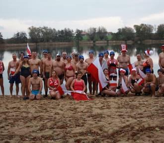 Morsy z Krzywinia uczcili Święto Narodowe kąpielą w jeziorze [ZDJĘCIA]