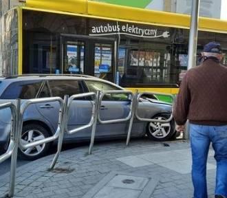 Kierowca, który wjechał w autobus MZK dostał mandat 1000 zł mandatu
