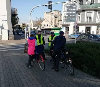 Piesze patrole policji na ulicach Zduńskiej Woli. Pouczali pieszych i rowerzystów [zdjęcia]