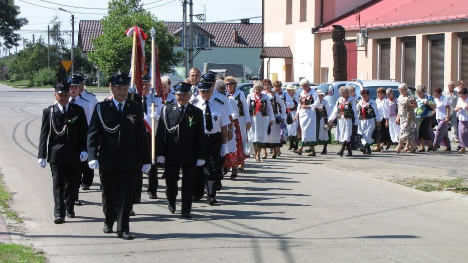 Tradycyjny korowód dożynkowy w drodze na uroczystą mszę świętą