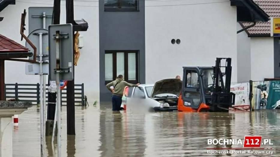 Woda ze Stradomki wdarła się do centrum Łapanowa zalewając ulice i budynki, miejscami na wysokość 1-1,5 metra
