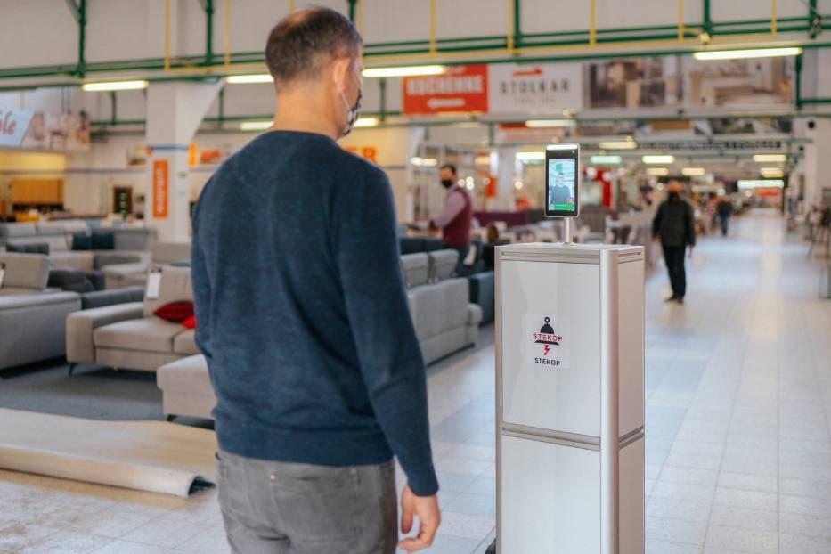 Robot mierzy temperaturę w sklepach